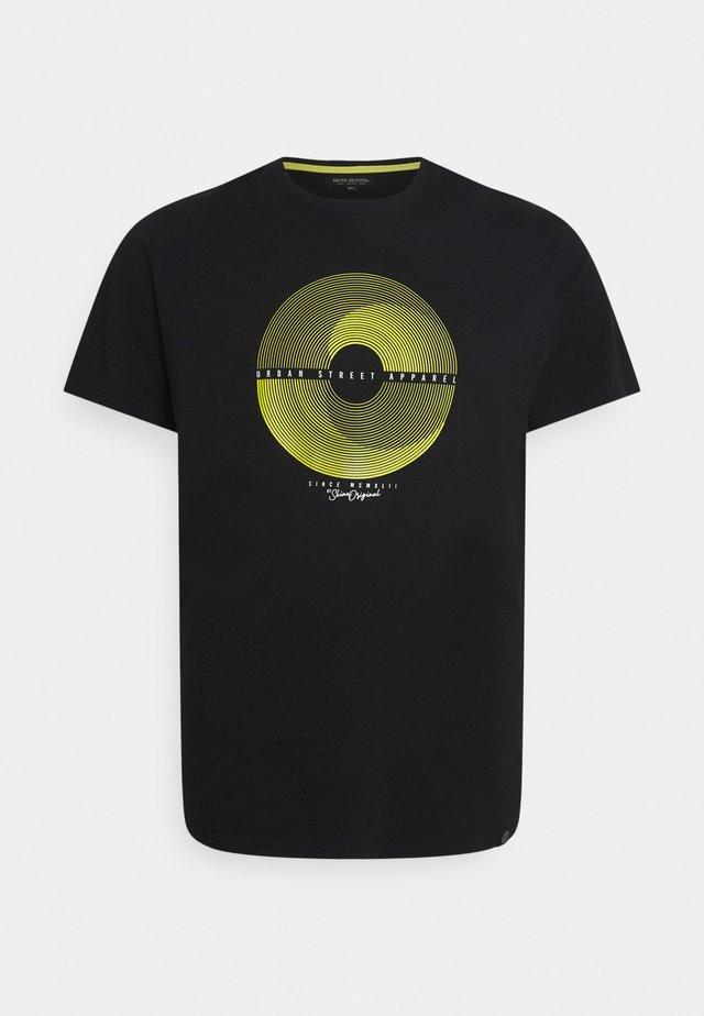 PATCH POCKET TEE - T-shirts med print - black