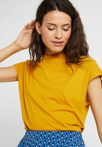 KIOMI TALL - Basic T-shirt - golden yellow - 4