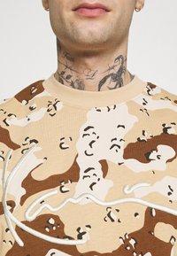 Karl Kani - T-shirt med print - sand - 4