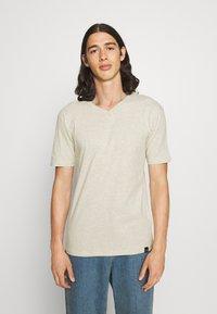 Newport Bay Sailing Club - V NECK 3 PACK - Basic T-shirt - navy/grey marl/off white - 1