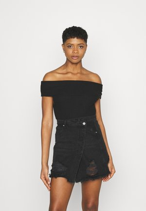 OFF SHOULDER - T-shirts med print - black