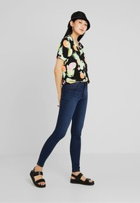 Vero Moda - VMTANYA PIPING - Jeans Skinny Fit - medium blue denim - 1