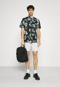 Tommy Hilfiger - PATCHWORK FLORAL PRINT - Skjorta - black/ivory/multi - 1