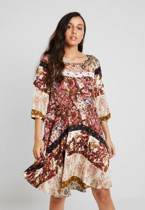 Denní šaty - cloud dancer/tawny port