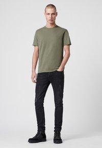 AllSaints - BRACE - Basic T-shirt - evergreen - 1