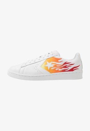 PRO LEATHER  - Zapatillas - white/bold mandarin/enamel red