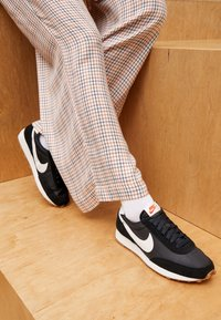 Nike Sportswear - DAYBREAK - Zapatillas - black/summit white/off noir/brown/team orange - 4