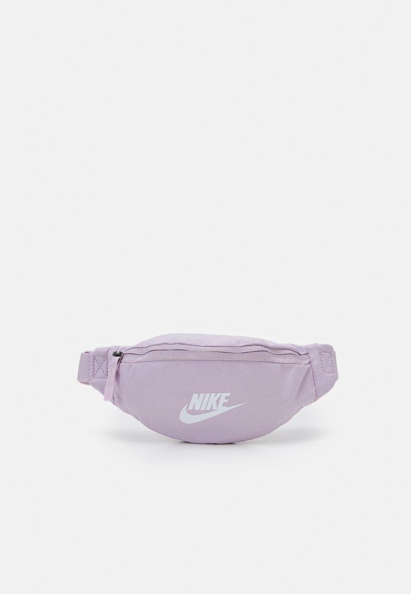 Nike Sportswear - HERITAGE - Bæltetasker - iced lilac/white