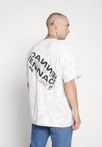 Mennace - ROTATION BACK TIE DYE - T-shirt con stampa - biege - 2