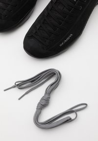 Scarpa - MOJITO GTX UNISEX - Zapatillas de senderismo - black - 5