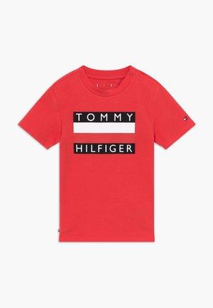 BABY FLAG  - T-shirt med print - red