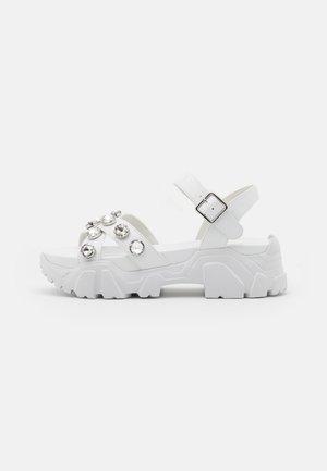 PEDUL CRISS CROSS STONE - Platform sandals - white