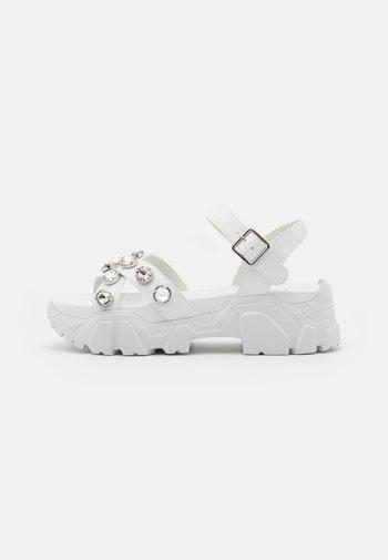 PEDUL CRISS CROSS STONE - Sandály na platformě - white
