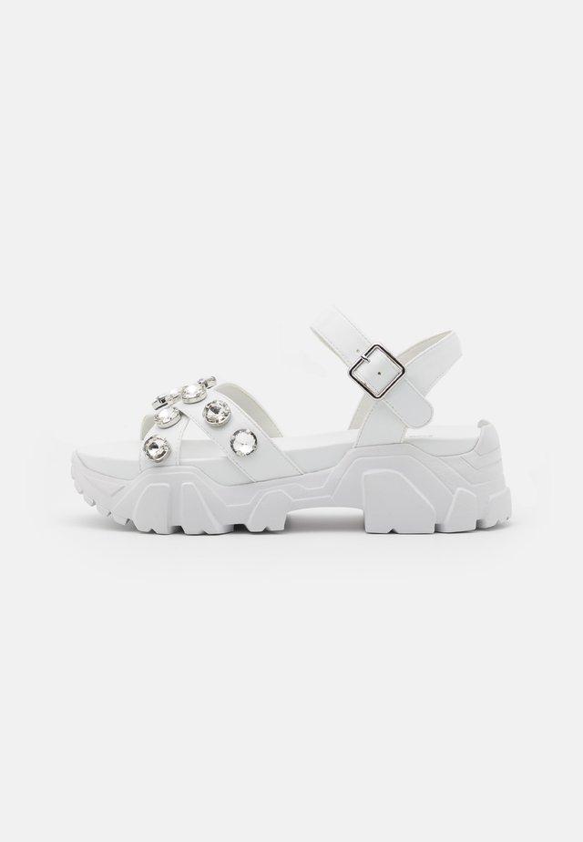 PEDUL CRISS CROSS STONE - Sandalen met plateauzool - white