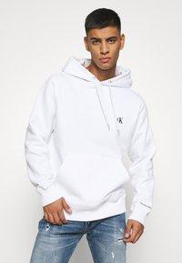 Calvin Klein Jeans - ESSENTIAL REGULAR HOODIE - Felpa - bright white - 2