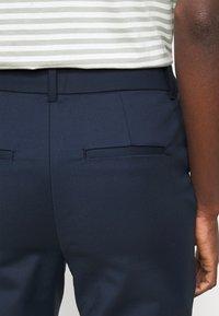 Vero Moda Tall - VMVICTORIA ANTIFIT ANKLE PANTS - Pantalon classique - navy blazer - 4