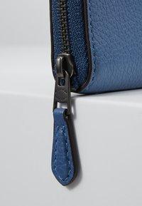 Coach - REXY SMALL ZIP AROUND WALLET - Peněženka - stone blue - 2