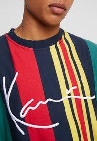 Karl Kani - SIGNATURE STRIPE TEE - Print T-shirt - green/navy/red/yellow - 5