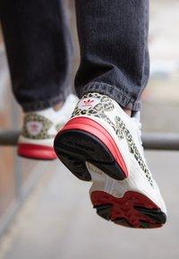 adidas Originals - Sneakersy niskie - chalk white/offwhite/scarlet - 4