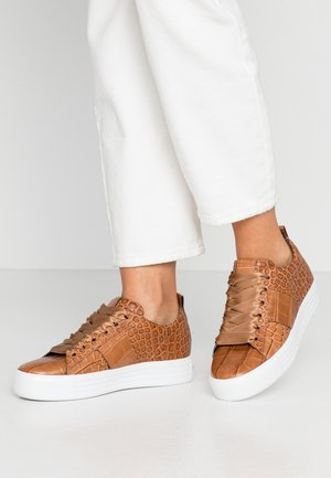 UP - Trainers - brandy