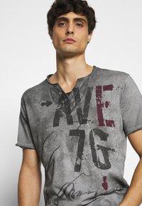Key Largo - OUTCOME BUTTON - Print T-shirt - anthra - 6