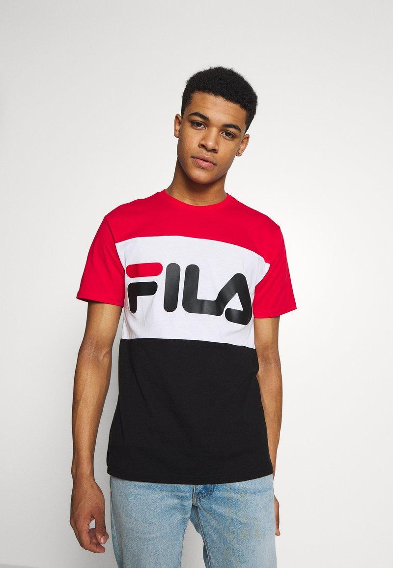 Fila - DAY TEE - T-shirt z nadrukiem - true red-black-bright white