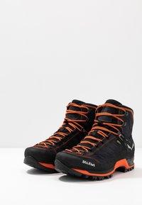 Salewa - MTN TRAINER MID GTX - Mountain shoes - asphalt/fluo orange - 2