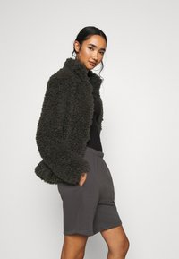 Vero Moda - VMBARRYTIFFANY  SHORT JACKET - Winter jacket - peat - 4