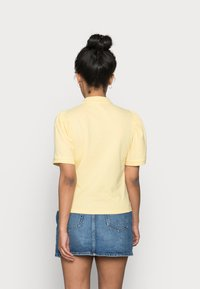 ONLY Petite - ONLJANET LIFE SHORT POLO TOP - T-shirt con stampa - sunshine - 2