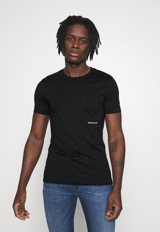 MICRO BRANDING POCKET TEE - T-shirt z nadrukiem - black