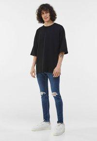 Bershka - MIT RISSEN  - Jeans Skinny Fit - blue - 1