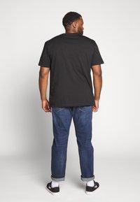 Calvin Klein Jeans Plus - PLUS INSTIT LOGO TEE - Print T-shirt - black - 2