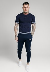 SIKSILK - ELEMENT STRAIGHT HEM GYM TEE - T-shirt con stampa - navy/white - 1