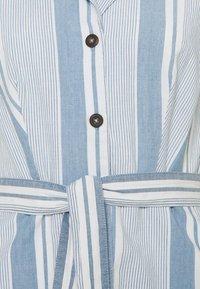 Vero Moda Tall - VMAKELASANDY CHAMBRAY SHORT - Shirt dress - light blue denim/white - 2