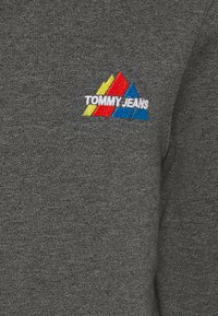 Tommy Jeans - MOUNTAIN GRAPHIC CREW - Sweatshirt - black heather - 6