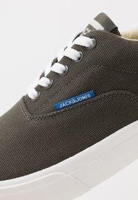 Jack & Jones - JFWMORK  - Sneakersy niskie - beluga - 5