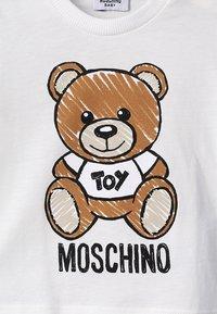 MOSCHINO - MAXI BABY UNISEX - T-Shirt print - cloud - 4