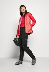 Gore Wear - DAMEN TRAIL TRIKOT KURZARM - T-Shirt print - hibiscus pink/chestnut red - 1
