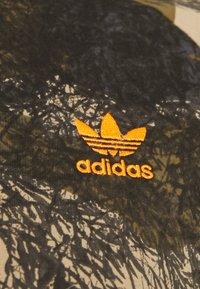 adidas Originals - CAMO TEE - T-shirt z nadrukiem - hemp/brooxi/eargrn/ - 2