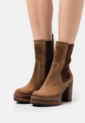 OLIVIA - Platform ankle boots - toffe