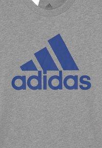 adidas Performance - UNISEX - T-shirt imprimé - medium grey heather/bold blue - 2