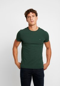 Tommy Hilfiger - STRETCH SLIM FIT TEE - T-shirt - bas - green - 0