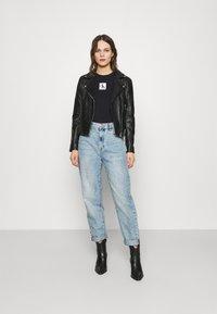 Calvin Klein Jeans - COLD SHOULDERS BOX LOGO TEE - Long sleeved top - black - 1