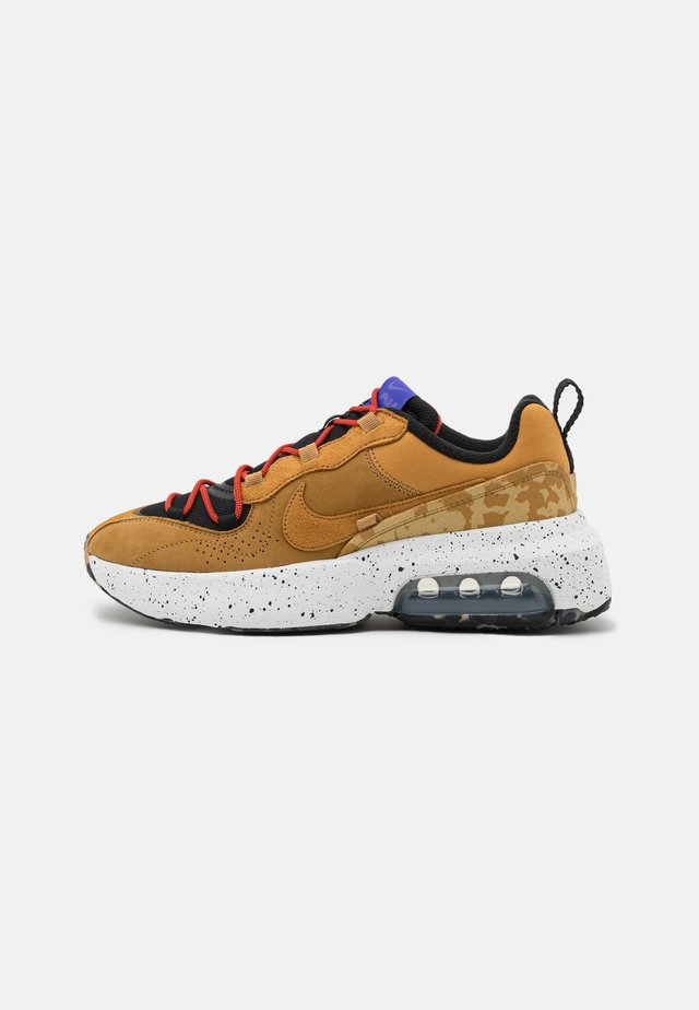 AIR MAX VERONA 2.0 - Sneakers laag - black/wheat/indigo burst/habanero red