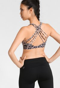 Onzie - CHIC BRA - Light support sports bra - leopard - 1