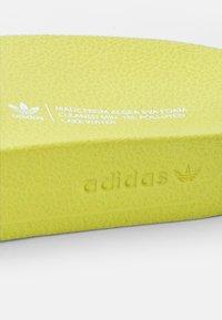 adidas Originals - ADILETTE LITE - Rantasandaalit - acid yellow/white/acid yellow - 5