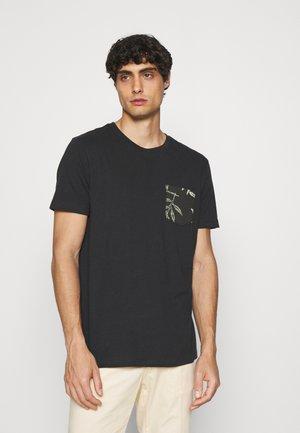 CREW POCKET - Print T-shirt - moonless night