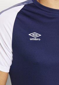 Umbro - TRAINING - Print T-shirt - medieval blue/brilliant white - 5