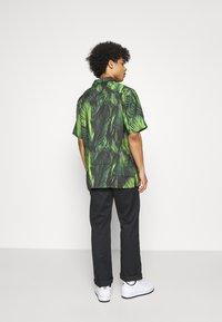 9N1M SENSE - SPECIAL PIECES UNISEX - Shirt - black/green - 2