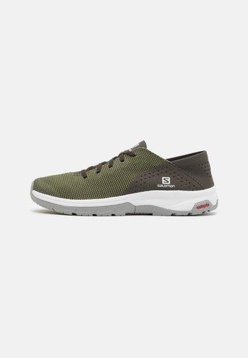 TECH LITE - Chaussures de course - deep lichen green/peat/alloy